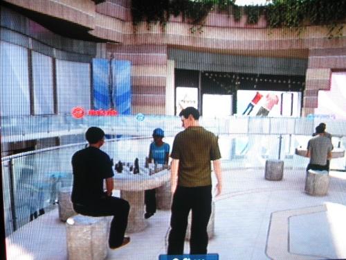Gente jugando ajedrez en el mall