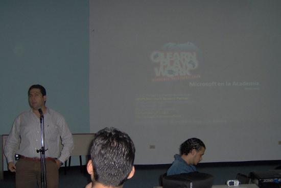 Profesor Marcel dando introducción del evento
