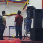 Ingenieros montando el video beam