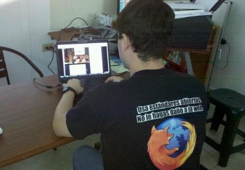 Viendo el lanzamiento de Firefox 4 con mi franela de estándares abiertos