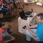 Johan González hablando con los asistentes