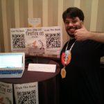 Andre Alves Garzia mostrando su libro de desarrollar para Firefox OS