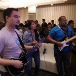 Jugando Guitar Hero con Miriam y Manuel