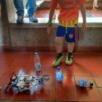 Niño con su robot de Legos que recoje basura