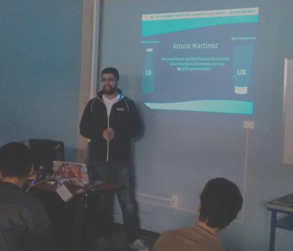 Arturo Martinez exponiendo sobre UX