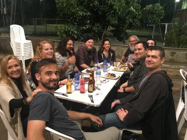 Los ponentes del evento cenando