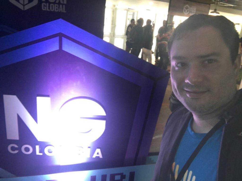 Frente al logo de NgColombia