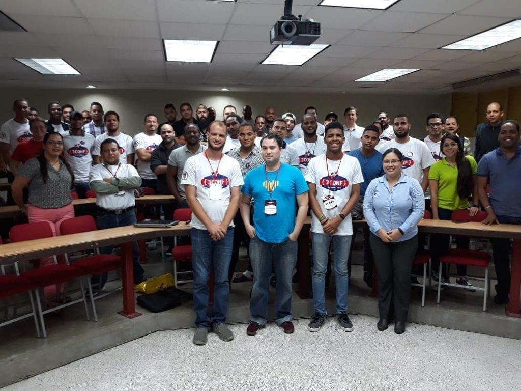 Con los presentes de mi charla de WebAssembly en el JConf Dominicana