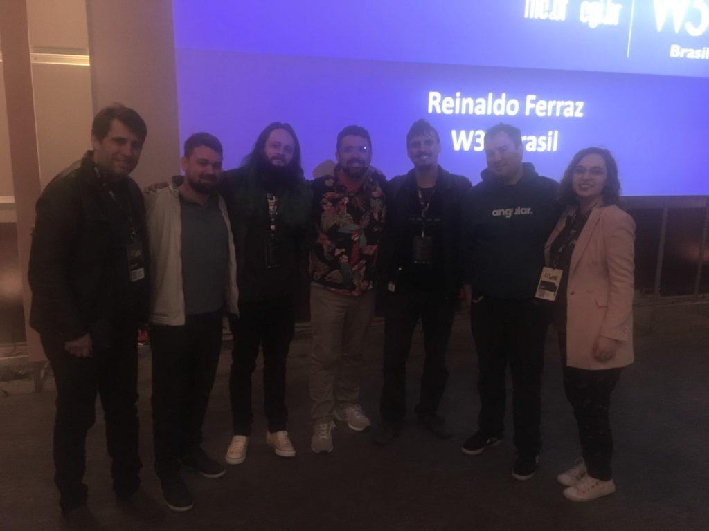 Foto con varios ponentes del BrazilJS Conf 2019